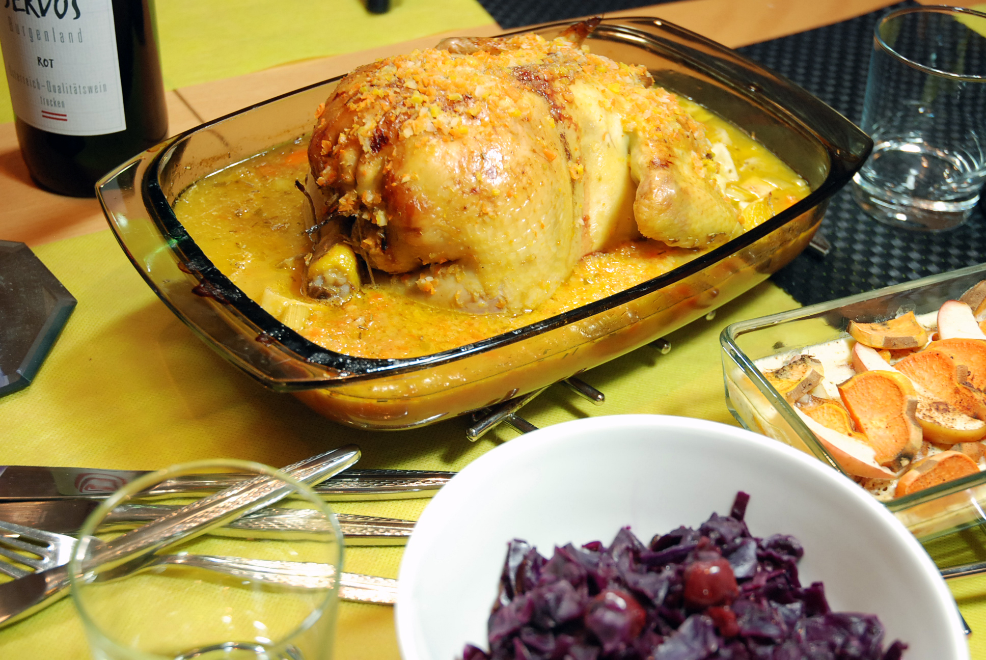Zitrushuhn mit Lebkuchen-Birnen-Füllung, Rotkraut und Süßkartoffel-Apfel-Gratin