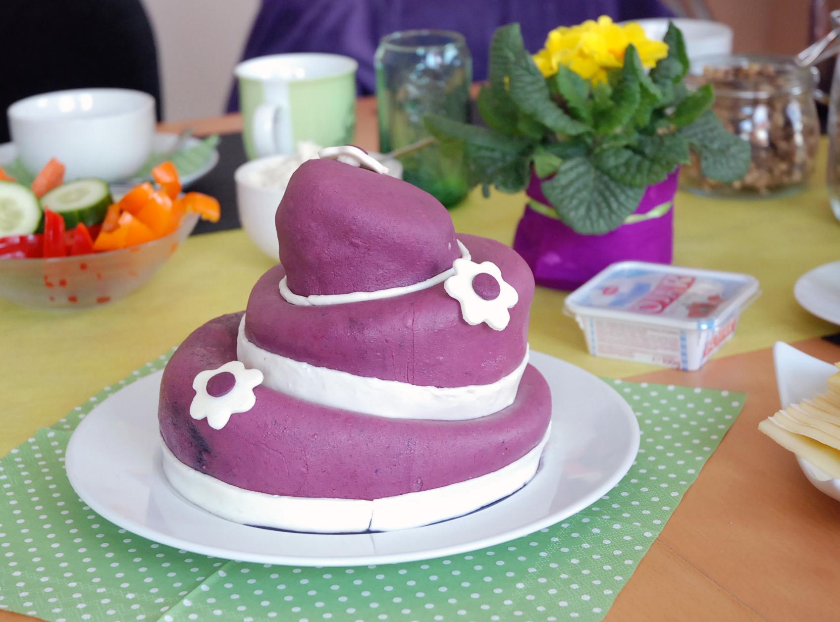 Lila Topsy Turvy Torte Mit Blumen Fit Happy
