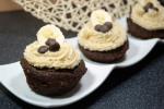 Bananen-Carob-Cupcakes mit Kokos-Icing
